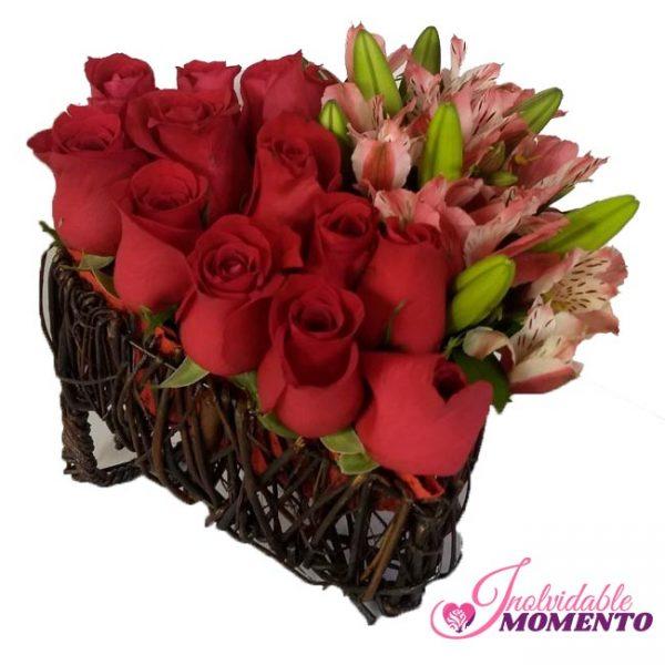 Comprar Regalo 12 Rosas Lirios y Canasta Pequeña